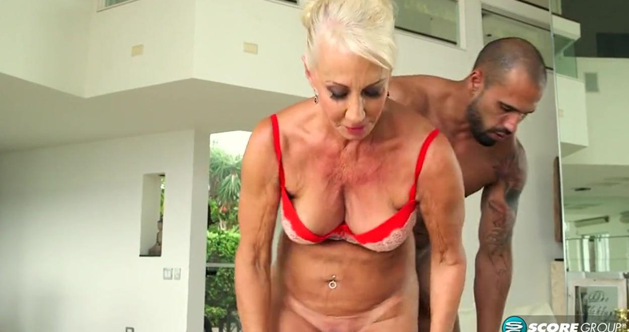 Пожилая блондинка подставляет пизду с жопой для молодого ебаря