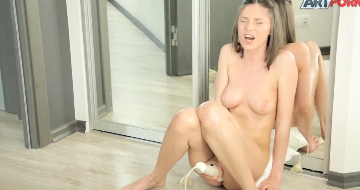 Девушка Мастурбирует Перед Зеркалом Чтобы Получить Оргазм Самостоятельно