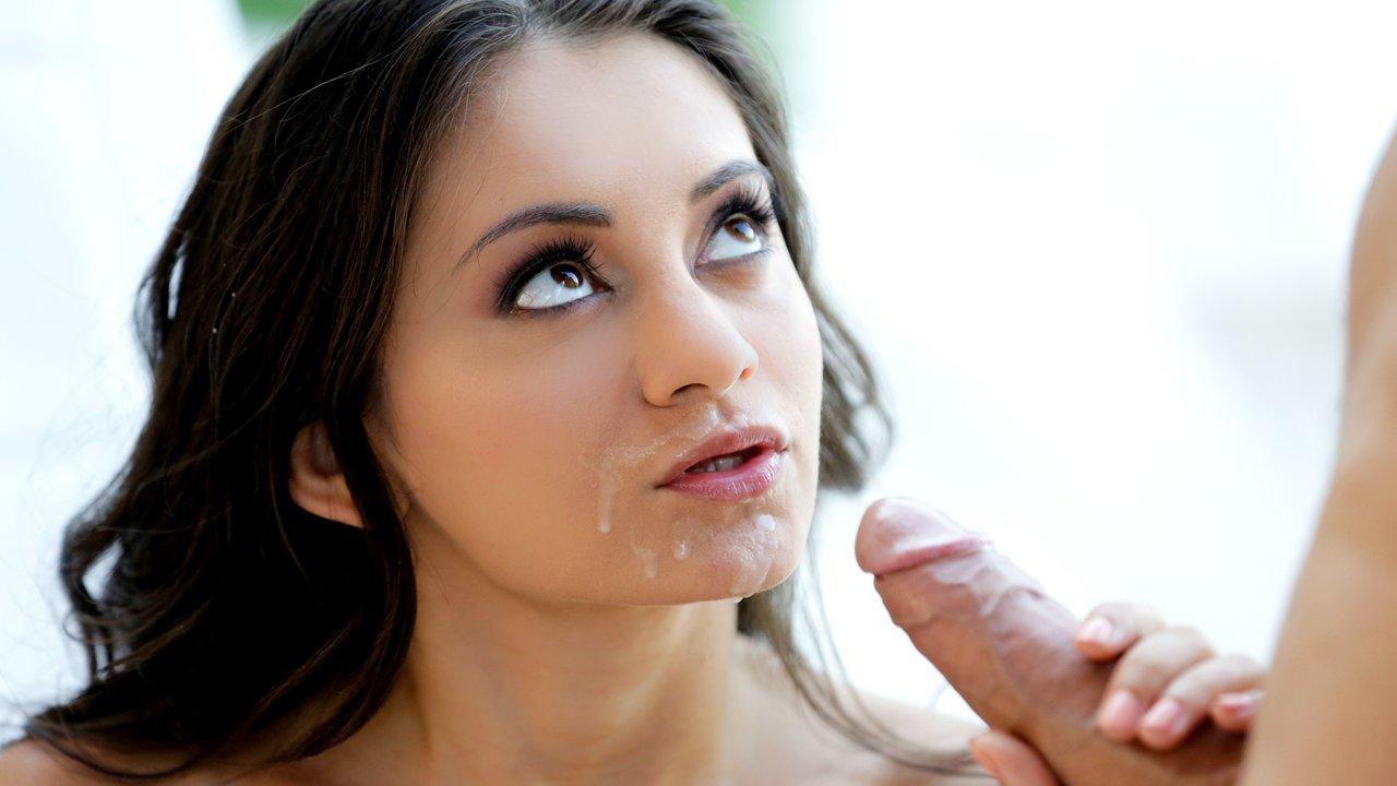 Лицо голодной шлюшки залили спермой