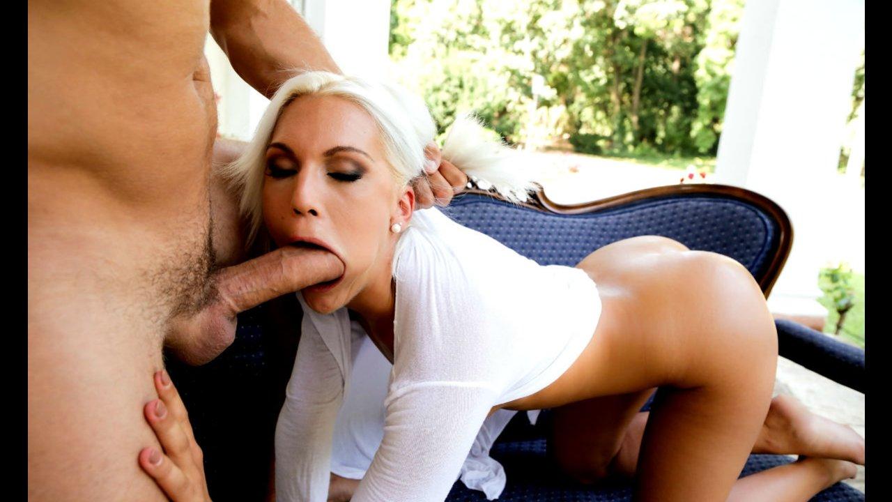 Длинноногая Никки берёт за щеку - порно фото