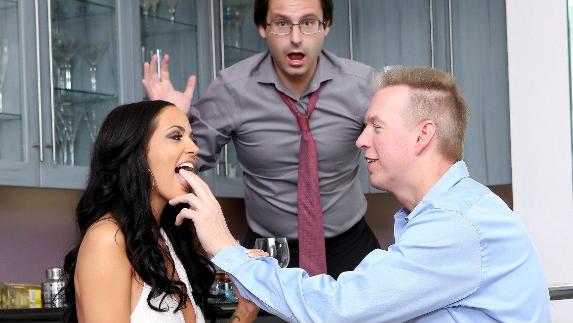 Жена шлюшка напоила мужа и трахнулась с его лучшим другом